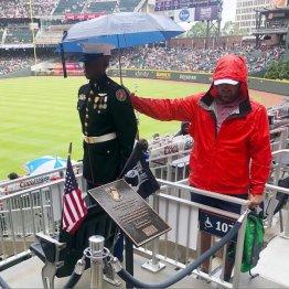 野球ファンが士官候補生に差し出した傘が意味することは…