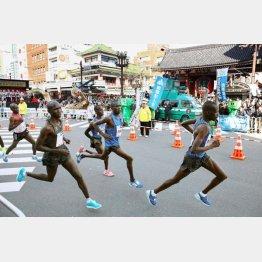 2017年東京マラソンで雷門を通過する海外選手(代表撮影)