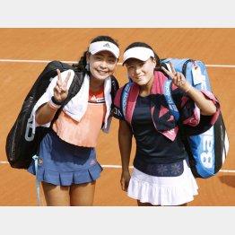 ダブルス準々決勝で勝利し笑顔の穂積(左)と二宮(C)共同通信社