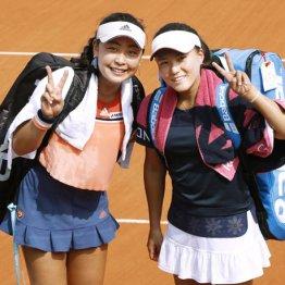 ダブルス準々決勝で勝利し笑顔の穂積(左)と二宮
