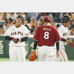 3タコに終わった岡本(左)/(C)日刊ゲンダイ
