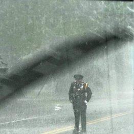 米女性警官が土砂降りの中…道路の真ん中に立っていたワケ