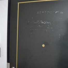 玄関ドアには表札が外された跡が