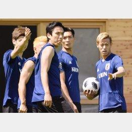 10日の練習でチームメートに指示を飛ばす本田(C)共同通信社