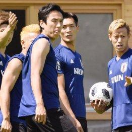 10日の練習でチームメートに指示を飛ばす本田