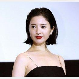 検事役の吉高由里子(C)日刊ゲンダイ