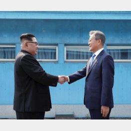 満面の笑みで文在寅大統領と握手(C)共同通信社