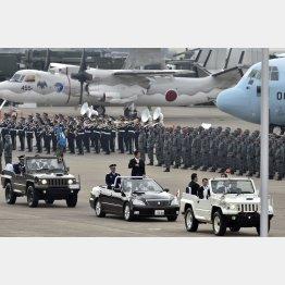 自衛隊航空観閲式に参加する安倍首相(C)日刊ゲンダイ