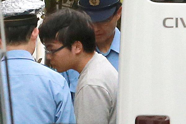 検察の取り調べを終えた小島容疑者(C)日刊ゲンダイ