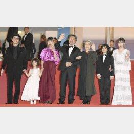 (左から)リリー・フランキー、佐々木みゆ、安藤サクラ、是枝監督、樹木希林、城桧吏、松岡茉優(ゲッティ=共同)