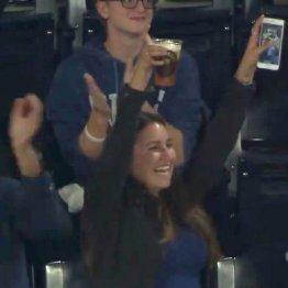 ビールカップにファールボールが…女子大生が一躍人気者に