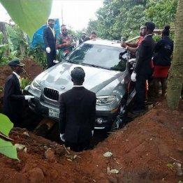 父の遺体をBMWに乗せて埋葬…ナイジェリア男性に非難殺到