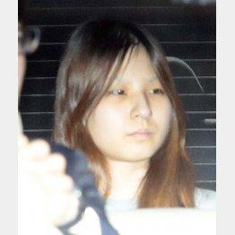 送検される女児の母・船戸優里容疑者(C)日刊ゲンダイ
