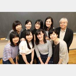 東京女子大・篠崎晃一教授(右端)とゼミ生(C)日刊ゲンダイ