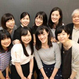 東京女子大・篠崎晃一教授(右端)とゼミ生