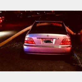 ホースが車内を横断(ハミルトン消防署のフェイスブックから)