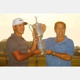 父親(右)と優勝を喜ぶケプカ(C)ロイター/USA TODAY Sports