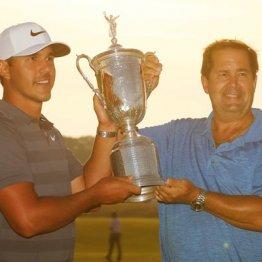父親(右)と優勝を喜ぶケプカ