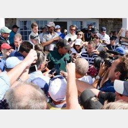 3日目のラウンド後、13番のグリーン上について記者に囲まれるミケルソン(C)ロイター/USA TODAY Sports