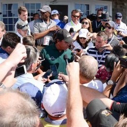 3日目のラウンド後、13番のグリーン上について記者に囲まれるミケルソン