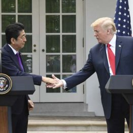 握手する安倍首相とトランプ米大統領