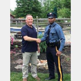 市警の元警官ベイリーさん(左)と同州警察の現役警官パターソンさん(ニュージャージー州警察のフェイスブックより)