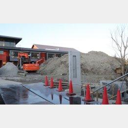 廃材やゴミに埋もれる建設途中の瑞穂の国小學院(C)日刊ゲンダイ