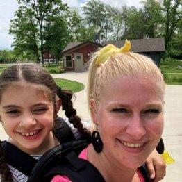 歩行困難な生徒を背負い続け…女性教師の献身に全米が称賛