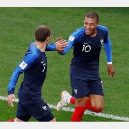 グリーズマン(左)とゴールを喜ぶエムバペ(C)ロイター