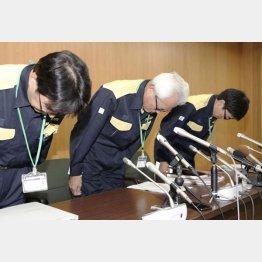 謝罪する高槻市教委の樽井弘三教育長(中央)ら(C)共同通信社
