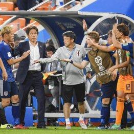 同点ゴールの本田(左)を出迎える西野監督と代表イレブン