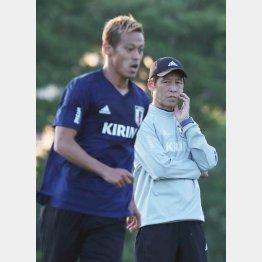 本田圭佑と西野監督(C)日刊ゲンダイ