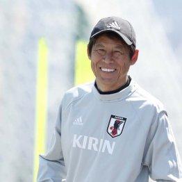 25日の練習で笑顔を見せる西野監督