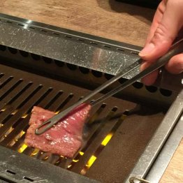 サシの入った大判の薄切肉は「しゃぶしゃぶ焼き」で