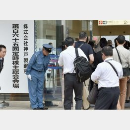 株主がデータ改ざん問題を質問(神戸製鋼所の総会)/(C)共同通信社