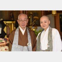 牛次郎さん(左)と長女・覚演さん/(C)日刊ゲンダイ