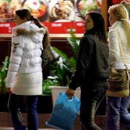 日本は労働人口が減少 増え続ける外国人店員は是か非か