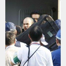 居酒屋に立てこもり、警察に身柄を確保された男(中央)/(C)共同通信