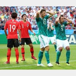 頭を抱えるドイツ(右から)DFフンメルスとFWゴメス(C)ロイター