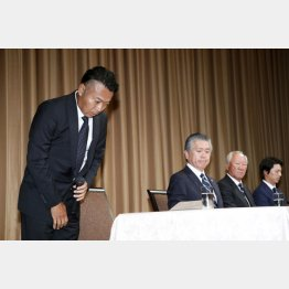 記者会見で謝罪する片山晋呉(左)だが(C)日刊ゲンダイ