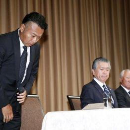 記者会見で謝罪する片山晋呉(左)だが