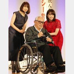 先月末開催の「第55回ギャラクシー賞贈賞式」に手術で大事をとり、車椅子で登壇(左は風吹ジュン、右は清野菜名)/(C)日刊ゲンダイ