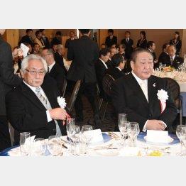 逃げ切りたい田中理事長(右)と大塚学長(C)日刊ゲンダイ