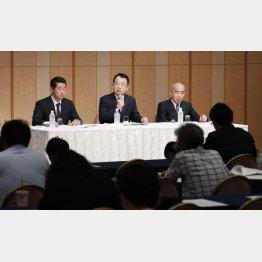 中間報告を発表する第三者委員会の勝丸充啓委員長(中央)(C)共同通信社