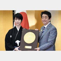 国民栄誉賞授与式で安倍首相(右)から盾を受け取る羽生(C)共同通信社