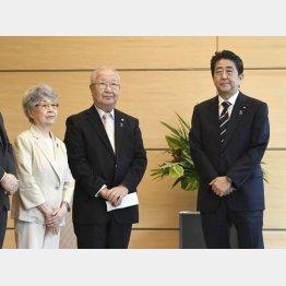 安倍首相と面会する拉致被害者家族会の飯塚繁雄代表と横田早紀江さん(C)共同通信社