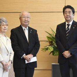 安倍首相と面会する拉致被害者家族会の飯塚繁雄代表と横田早紀江さん