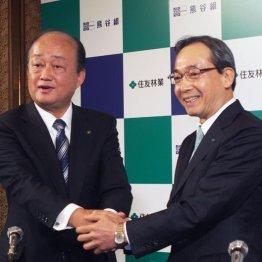 資本提携を発表する住友林業の市川社長(右)と熊谷組の樋口社長(当時)