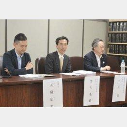 会見を行った原告の寄川条路教授(中)、太期宗平弁護士(左)、小林節慶大名誉教授(C)日刊ゲンダイ