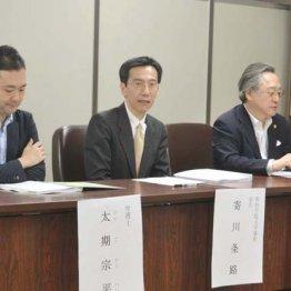 会見を行った原告の寄川条路教授(中)、太期宗平弁護士(左)、小林節慶大名誉教授